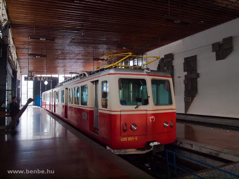 A Tátrai Fogaskerekű Vasút 405 951-5 pályaszámú motorkocsija Tátracsorba állomáson (Štrba, Szlovákia) fotó