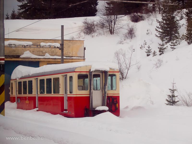 A 905 953-6 pályaszámú fogaskerekű vezérlőkocsi Csorba állomáson (Štrba, Szlovákia) fotó