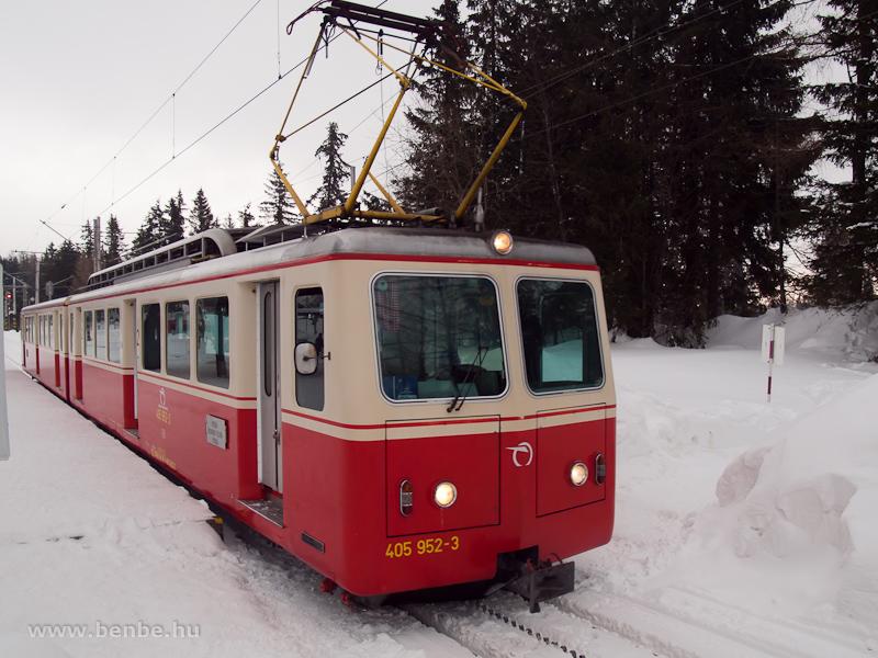 A 405 952-3 pályaszámú fogaskerekű motorkocsi Szentiványi-csorbató állomáson (Štrbske Pleso, Szlovákia) fotó