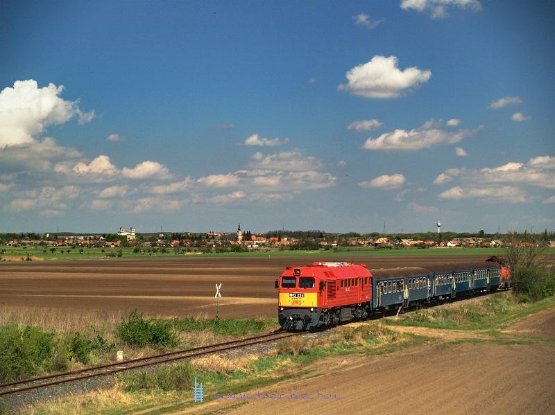 The M62 224 on the closed Bicske-Székesfehérvár line near Lovasberény photo