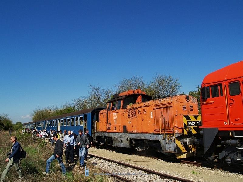 M43 1133 és a különvonat utasai Pátka állomáson fotó
