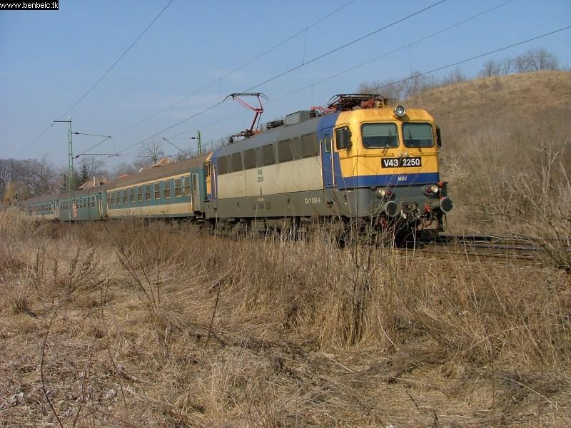 V43 2250 Pécelnél fotó