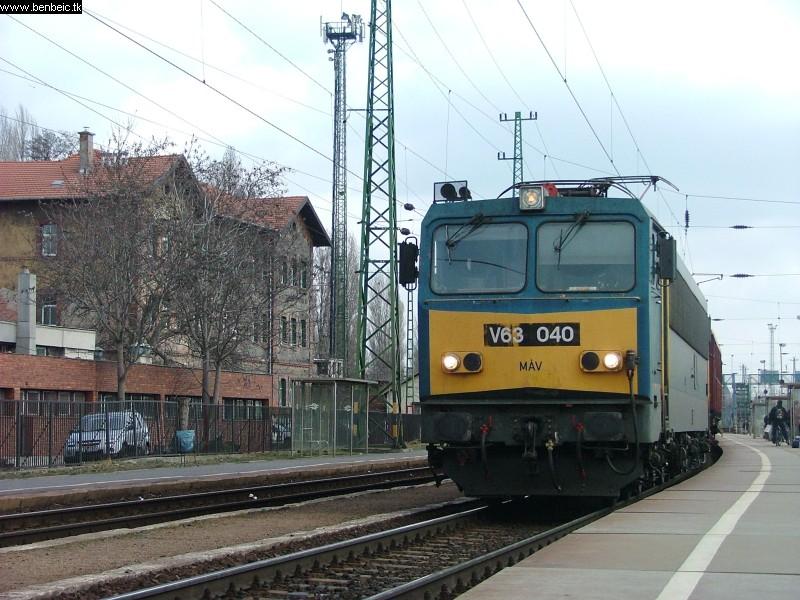 V63 040 tehervonattal Ferencvárosban fotó