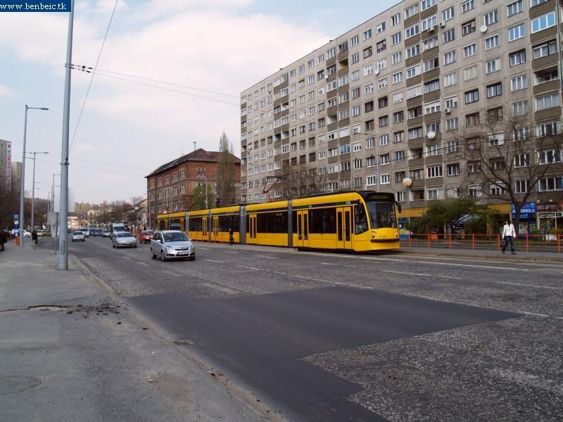 A 2009 pályaszámú BKV Combino tanulózik a Vörösvári úton fotó