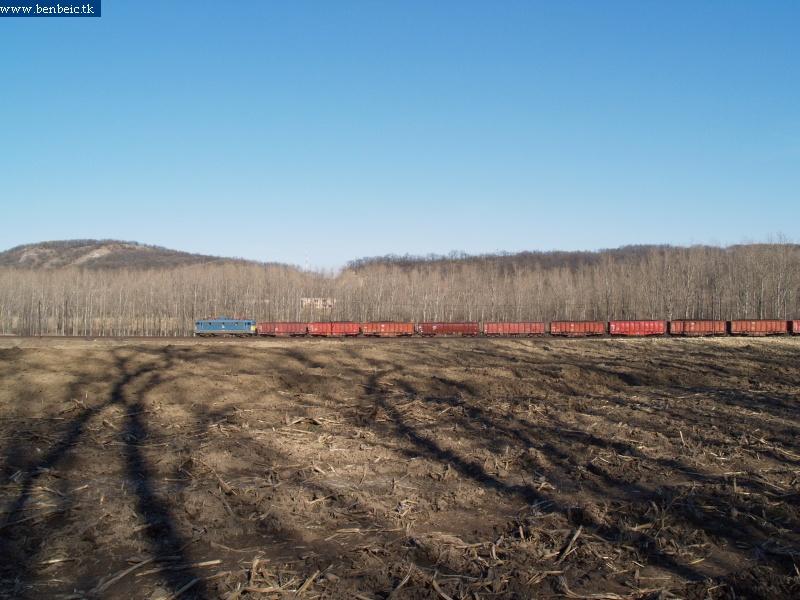 V43-as mozdony tehervonattal Szárligetnél fotó