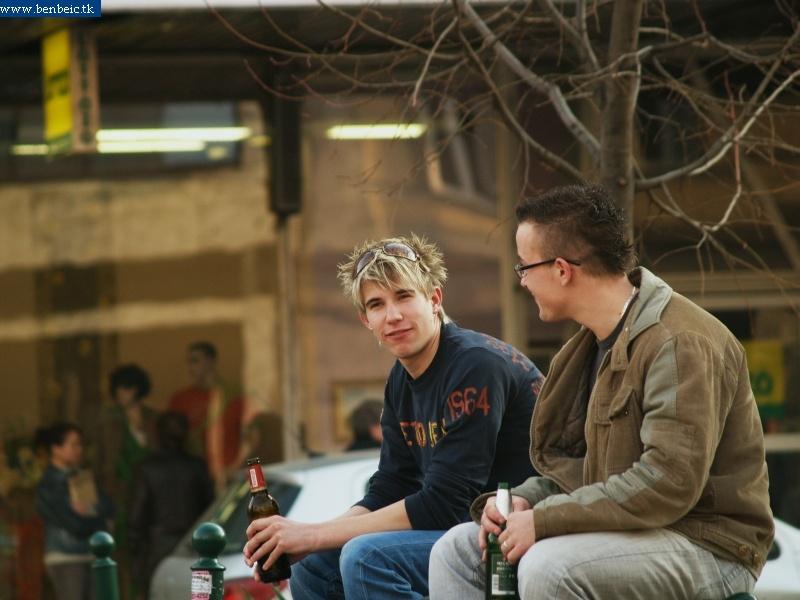 Sörözõ fiatalok fotó