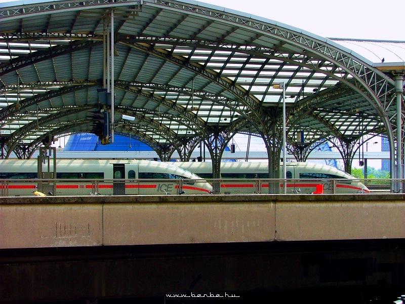 Két ICE3-as motorvonat Köln fõpályaudvaron fotó