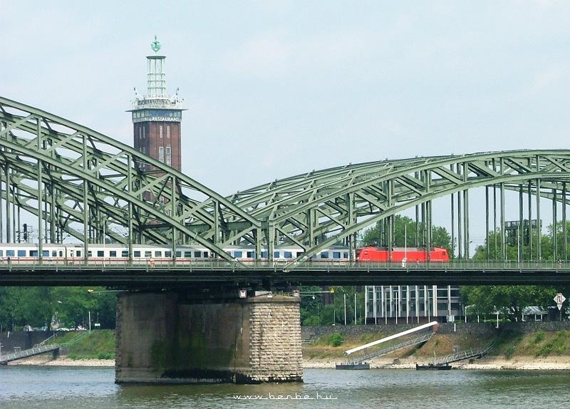 120-as sorozatú villanymozdonnyal vontatott IC-vonat a Hohenzollern-brückén Kölnben fotó