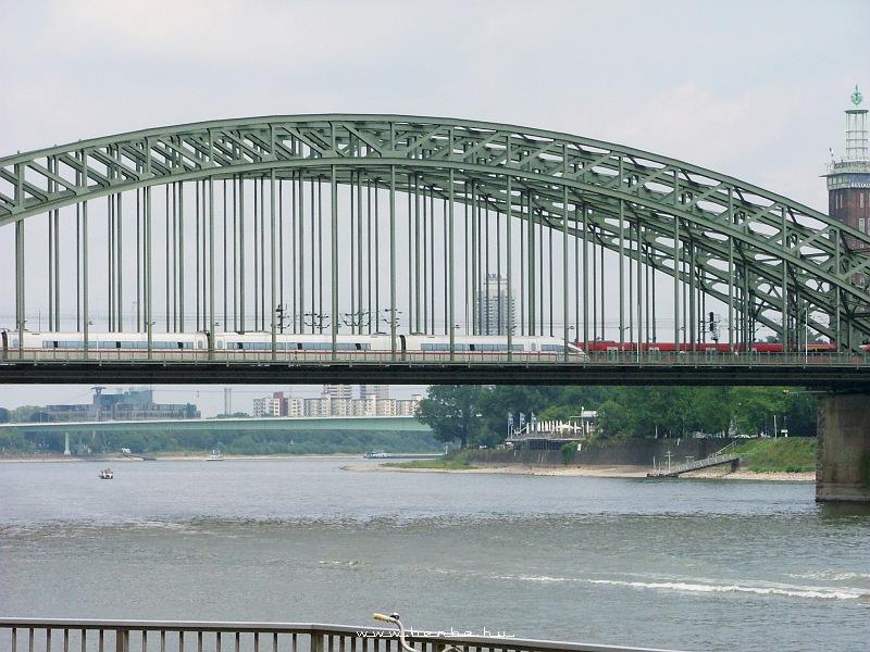 ICE3 nagysebesség vasúti motorvonat Kölnben fotó