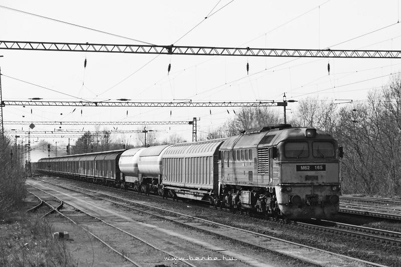 M62 165 kopottas elejével átvágtat Martonvásár állomáson fotó