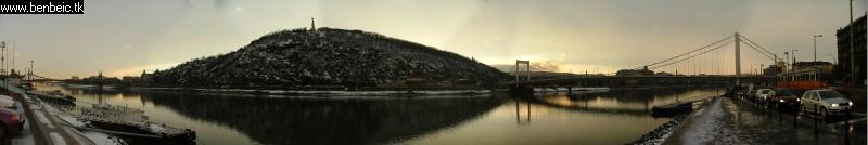 Gellért-hegy panoráma felvételen, a szélén villamossal fotó