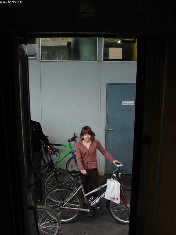 Lány biciklivel fotó