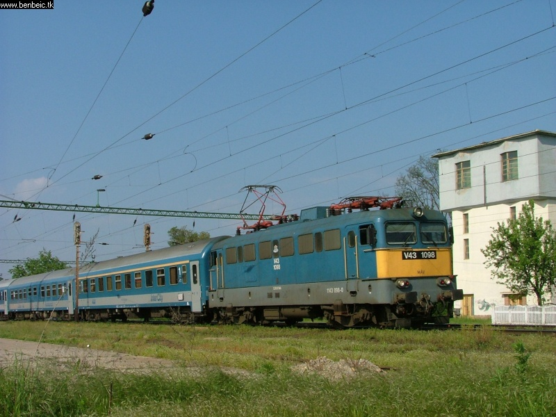 V43 1096 Martonvásáron a Göcsej IC-vel fotó