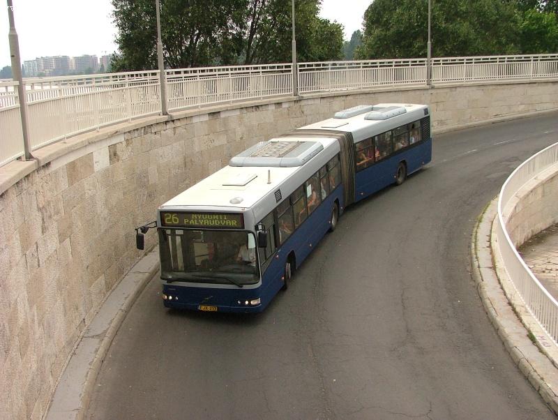 Volvo csuklós a 26-os járaton a Margit-sziget Árpád-hídi lehajtóján fotó