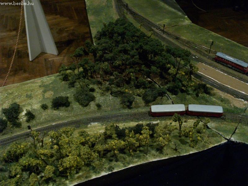 Ez a lepsényi vicinális, felette a régi vasút hídjával fotó