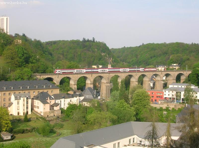 Elõvárosi vonat Luxembourgban a Pfaffenthal viadukton fotó