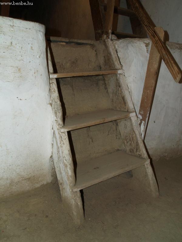 Tapasztott falak és masszív fa lépcsõk fotó