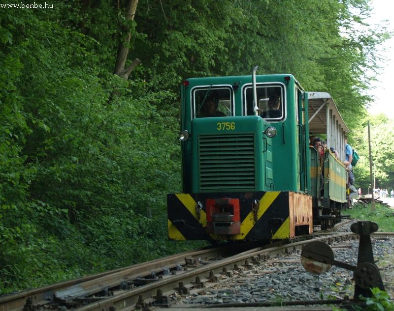 Az elsõ vonat elindult, biztonságos távolba követi a másik fotó