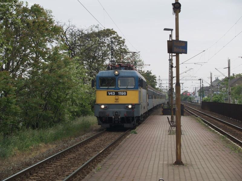 V43 1198 érkezik vonatával Budafok-Belvárosba fotó