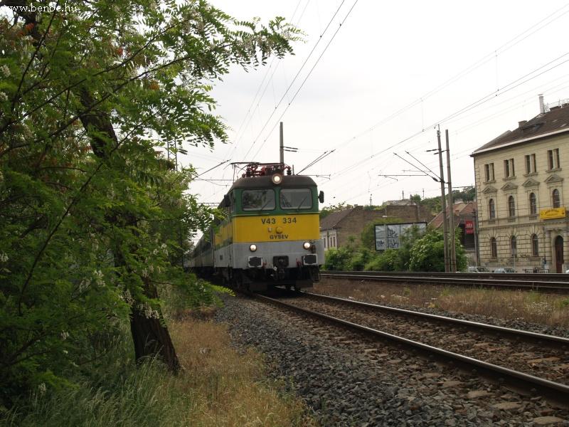 A GySEV V43 334 érkezik Szombathelyrõl gyorsvonatával fotó