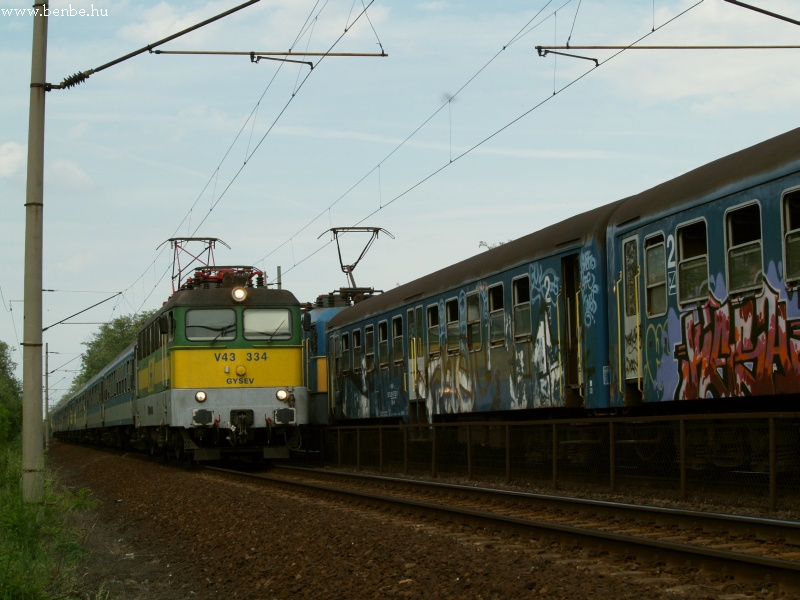 V43 334 Baracskánál gyorsvonatával fotó