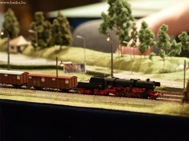 A Láng kiállítás TT modulasztalán egy 52 sorozatú gõzös fotó
