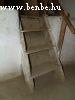Tapasztott falak és masszív fa lépcsõk