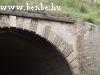 Baracskánál egy patakot egy elég nagyra nőtt csőáteresszel engedtek át a vasúti töltés alatt
