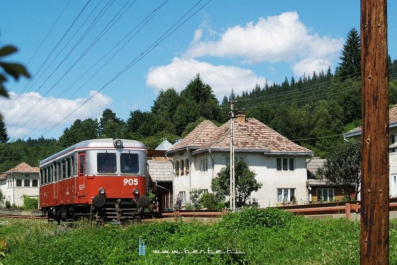 A 905-ös pályaszámú Malaxa sínbusz Vatra Moldovitei külterületén fotó