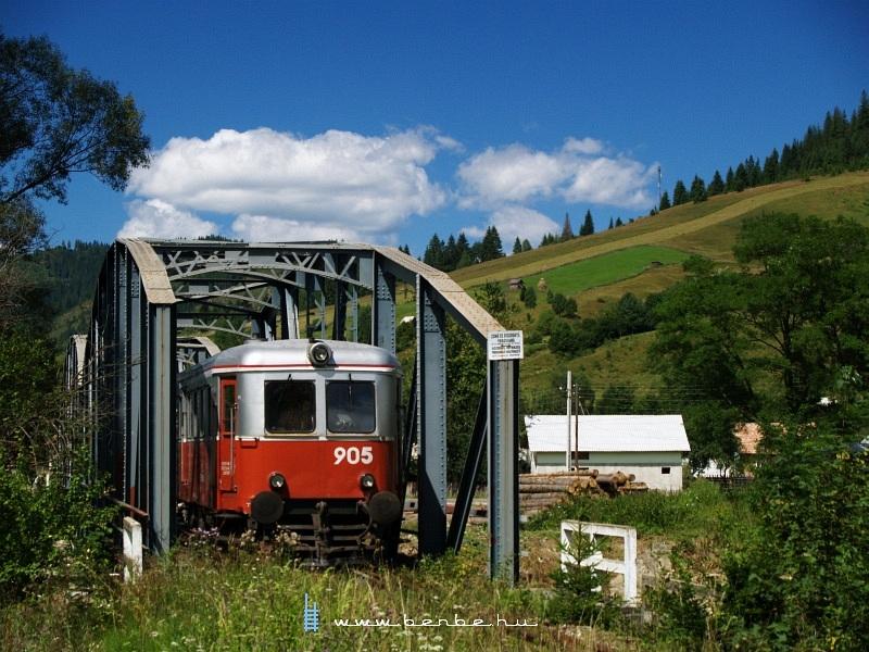 A 905-ös pályaszámú Malaxa motorkocsi Frumosuban a Moldovita háromtámaszközös hídján fotó