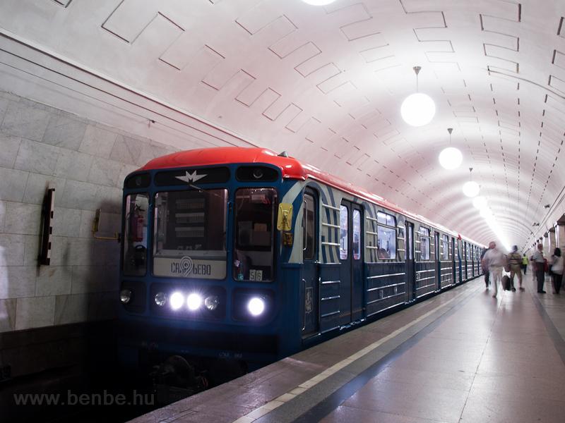Egy 81-714 sorozatú metrószerelvény az egyes (Szokolnyicseszkaja) vonalon az Ohotnyíj Rjad állomáson (Охотный ряд) fotó