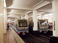 Az azúrkék (Filjakovszkaja línija) kezdőpontja az Alekszandrovszkíj Szád állomás (Алекса́ндровский сад) Moszkvában, a képen 81-740 sorozatú <q>Ruszics</q> metrószerelvények láthatóak