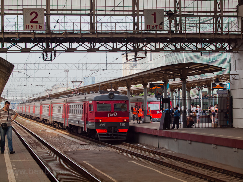 Arriving in Moscow: the elektrichka has to stop outside the main hall, by the fence. The long train bearing the new RŽD livery is ER2T-7182 photo