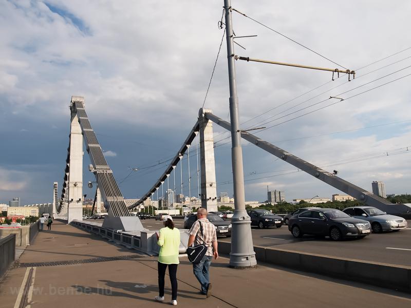 Távolságok: a Park Kultúrí megállótól a orkíj park nincs messze, csak el kell sétálni eddig a hídig, átkelni rajta, és onnan már látszik a távolban a bejárat fotó