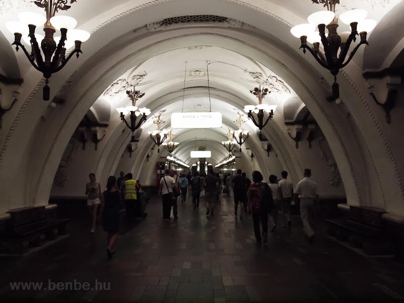 Dolgukra siető emberek az Arbatszko-pokrovszkaja vonal (Арбатско-Покровская ли́ния, gyengébbek kedvéért: a sötétkék) Arbatszkaja megállójában fotó