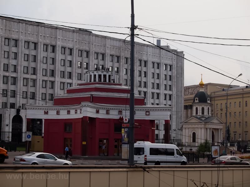 Az első metróvonal felszíni állomási pavilonja az Arbatnál - alaposan elnyomja a mellette lévő kis kápolnát fotó