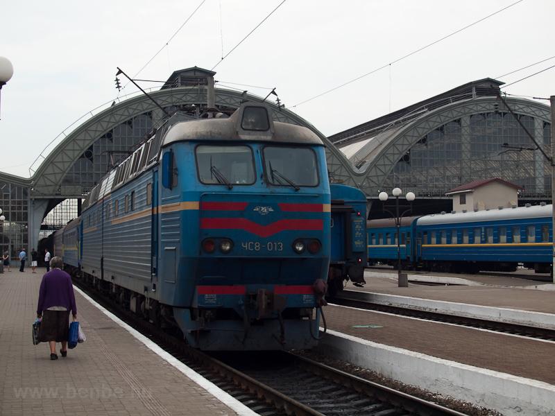 Az UŽ CsSz8-013 (ЧС8-013) Lviv (Lvov) főpályaudvarán fotó