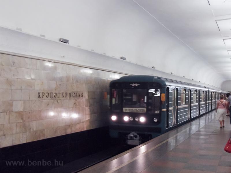 81-717-es metrószerelvény a Kroprotkinszkaja megállóban fotó