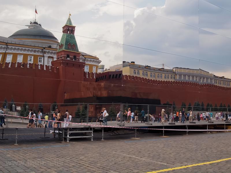 Lenin mauzóleuma tükröződik egy ideiglenesen a tér közepére fölhúzott tükörcsarnokban fotó