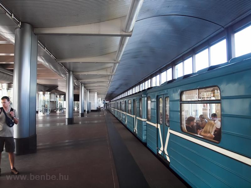 81-717-es a Vorobjoví góri, hídban épült metróállomáson fotó
