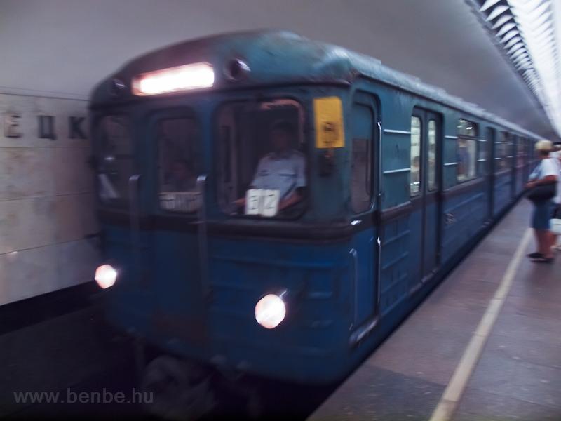 Ev típusú szerelvény a 7-es vonal Kuznyeckíj moszt állomásán fotó