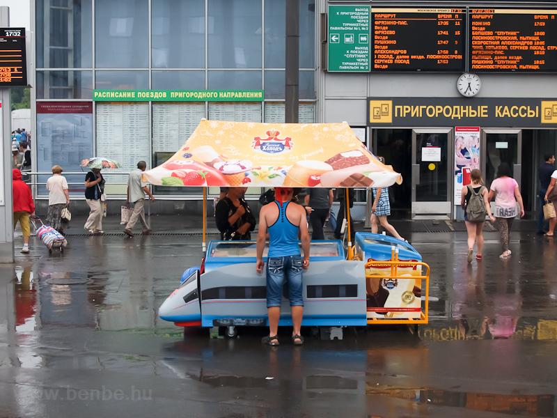 Cukiság és hülyeség minden mennyiségben: nagysebességű vonatként stilizált jégkrémhűtő a Jaroszlavszkij pályaudvaron fotó