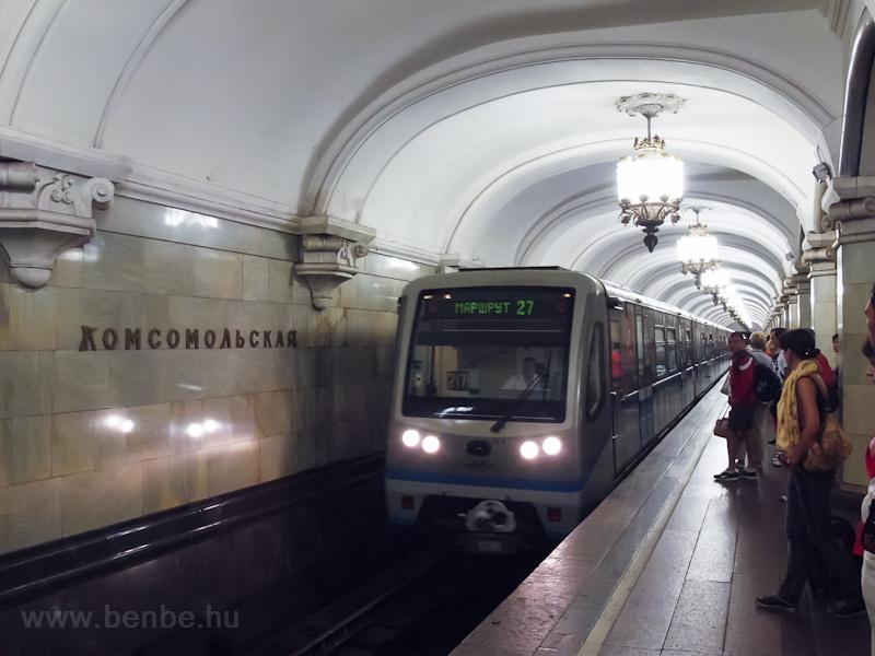 Komszomolszkaja, egy 80-740-es - a körvonalon logikus módon nem célállomást, hanem csak a kocsiszámot írják a kijelzők fotó