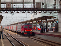 Arriving in Moscow: the elektrichka has to stop outside the main hall, by the fence. The long train bearing the new RŽD livery is ER2T-7182
