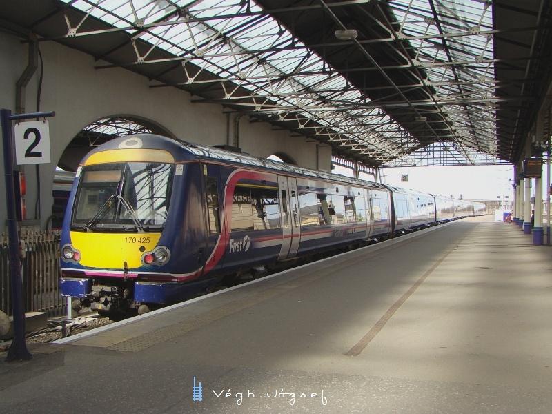A 170 425-os Turbostar Inverness állomáson egy másik 170-es motorvonattal összekapcsolva fotó