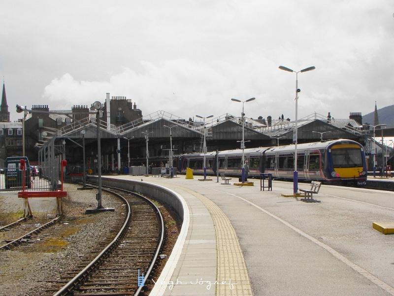 Az Inverness-i pályaudvar a peronok végéből. A dupla 170-es motorvonat nem fér be a csarnokba, jól láthatóan az épületet rövid vonatokra méretezték. fotó