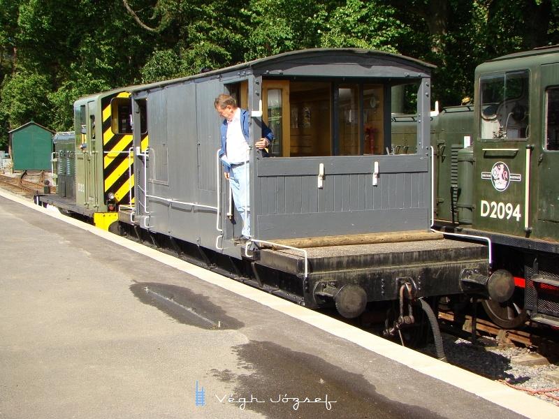 A mozdonynak nincs lehetősége körbejárásra, ezért oda húzza az egyszem kis kocsiját, vissza pedig a kalauz irányításával visszatol.  fotó
