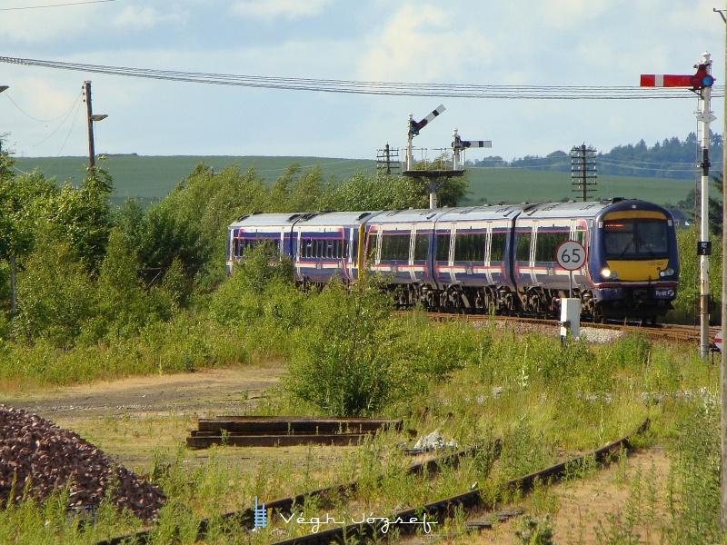 Invernessből Aberdeenbe közlekedő vonat érkezik Inverurie állomásra fotó