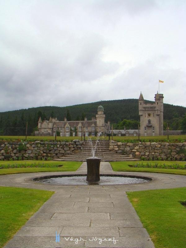 És nézzük meg hova is vezetett ez a vonal eredetileg: Balmoral Castle a királyi család skót rezidenciája, kastélya. fotó