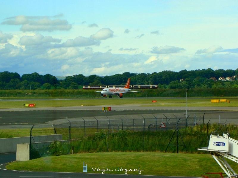 Az Edinburghi reptéren várva is sikerült vonatot fotózni, a reptér épületeiből ugyanis rálátni az Edinburghból északra induló vasútvonalra. A repülő egyéként landolás után az a gép lett, amivel később mi repültünk Münchenbe. fotó